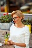 Sexy Blondine im Retro- Blick, der im Café stillsteht Lizenzfreie Stockfotografie