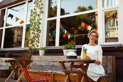 Sexy Blondine im Retro- Blick, der im Café stillsteht Lizenzfreie Stockfotos