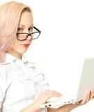 Sexy Blondine mit einem Computer, getrennt. Stockbilder