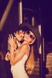 Sexy Blondine mit kleinem Hund Stockbild