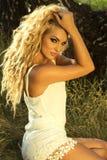 Sexy Blondineaufstellung im Freien Stockfoto
