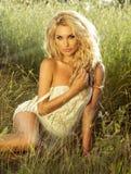 Sexy Blondineaufstellung im Freien Lizenzfreies Stockfoto