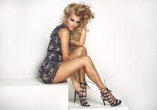 Sexy Blondineaufstellung lokalisiert in der modischen Kleidung Stockbilder