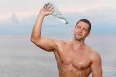 Sexy bodybuilder on the beach Royalty Free Stock Photography