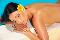 'sexy' bonito no poolside Foto de Stock Royalty Free