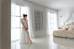 Sexy bruid in witte lingerie stock afbeeldingen