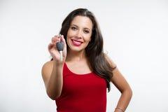 Sexy brunette die een autosleutel houdt Royalty-vrije Stock Fotografie