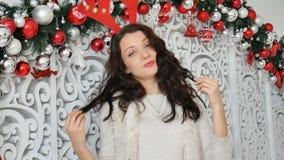 Sexy brunette in een hertenkostuum Carnaval-hertenhoornen, Kerstmis Carnaval, Kerstmisgrap stock footage