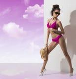 Hübscher Brunette mit Bikini schaut unten Lizenzfreie Stockfotografie