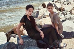 Sexy Brunette Mode-Modell der Schönheit zwei und blond Stockfoto