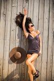 Sexy brunette op houten dek Royalty-vrije Stock Foto's