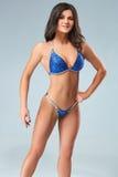 Sexy Brunettebodybuilderfrau im blauen Bikini Lizenzfreie Stockbilder