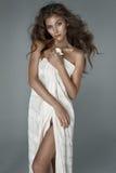 Sexy Brunettedame, die im Weiß aufwirft lizenzfreie stockfotos