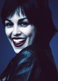 Sexy Brunettefrau, die Zunge zeigt Lizenzfreie Stockfotos