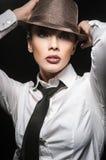 Sexy Brunettemädchen, das in einem Hemd im Studio aufwirft Lizenzfreie Stockfotografie