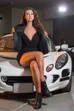 Sexy Brunettemodell in der Garage Lizenzfreies Stockbild