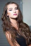 Sexy Brunettemodell in der Garage Stockfoto