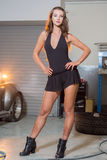 Sexy Brunettemodell in der Garage stockbilder