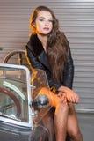 Sexy Brunettemodell in der Garage Stockfotografie