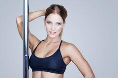 Sexy Brunettepfosten-Tänzerporträt Stockbilder