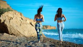 Sexy brunettes in sportkostuums Stock Fotografie