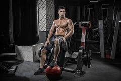 'sexy' considerável com o homem novo dos músculos grandes que descansa após o tr forte fotografia de stock royalty free