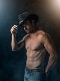 Sexy Cowboy mit rauchigem Hintergrund Stockbild