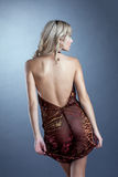 Sexy dünne blonde Aufstellung im Kleid mit decollete Stockbild