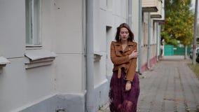 Sexy dünnes Mädchen, das hinunter eine leere Straße geht stock video footage