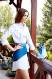 Sexy dame die een modieuze witte mooie rok dragen van kledingsjeans Royalty-vrije Stock Afbeelding