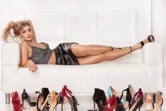 Sexy dame die schoenen voor een partij kiezen stock afbeelding