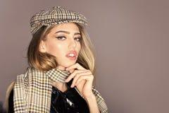 Sexy Dame im Frühjahr, Herbstausstattung Mode-Accessoire-Konzept Frau auf ruhigem Gesicht im Mantel mit Zubehör Mädchen mit stockbilder