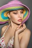 Sexy Dame mit einem Ohrring im Hut Lizenzfreie Stockfotos