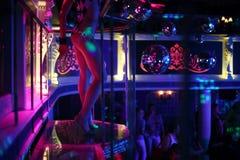 Sexy dansersdansen op een podium in een nachtclub Royalty-vrije Stock Afbeeldingen