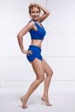 Sexy de yogaoefening van het blonde perfecte atletische slanke cijfer of fitnes Stock Afbeeldingen