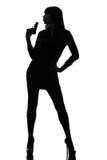 Sexy Detektivfrau, die das Zielen des Gewehrschattenbildes anhält Stockbilder