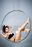 Sexy die vrouw van een luchthoepel wordt opgeschort Royalty-vrije Stock Foto