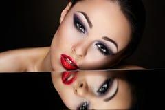 Sexy donkerbruin meisje met heldere make-up en rode lippen Royalty-vrije Stock Afbeeldingen