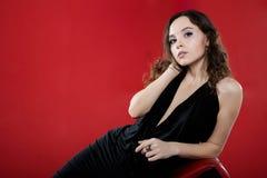 Sexy donkerbruin meisje op rode achtergrond royalty-vrije stock foto