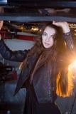 Sexy donkerbruin model in garage Stock Foto's