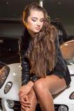 Sexy donkerbruin model in garage Royalty-vrije Stock Afbeeldingen