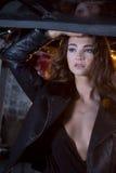 Sexy donkerbruin model in garage Royalty-vrije Stock Fotografie