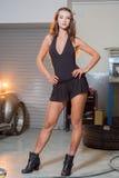 Sexy donkerbruin model in garage Stock Afbeeldingen
