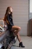 Sexy donkerbruin model in garage Royalty-vrije Stock Foto's
