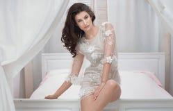 Sexy donkerbruine dame in witte kleding Royalty-vrije Stock Afbeeldingen