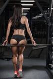 Sexy donkerbruine geschiktheids natte vrouw na training in de gymnastiek Stock Foto's