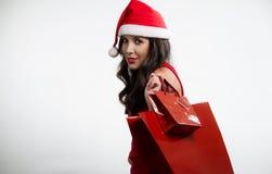 Sexy donkerbruine holding rode het winkelen zakken Stock Afbeeldingen