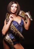 Sexy donkerbruine holdingspython royalty-vrije stock fotografie