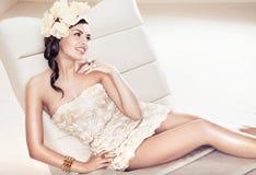 Sexy donkerbruine dame met bloemhoed Royalty-vrije Stock Fotografie