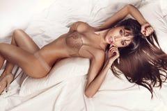 Sexy donkerbruine vrouw. Stock Foto